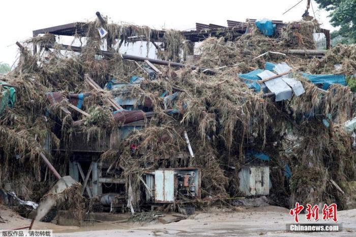 当地时间7月9日,日本西南部熊本县熊本市,暴雨引发的洪水席卷熊本县,一座被毁坏的建筑被废墟覆盖。