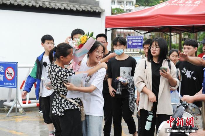 图为在安徽省黄山市歙县中学考点,家长给结束考试的考生送花庆祝。 张娅子 摄