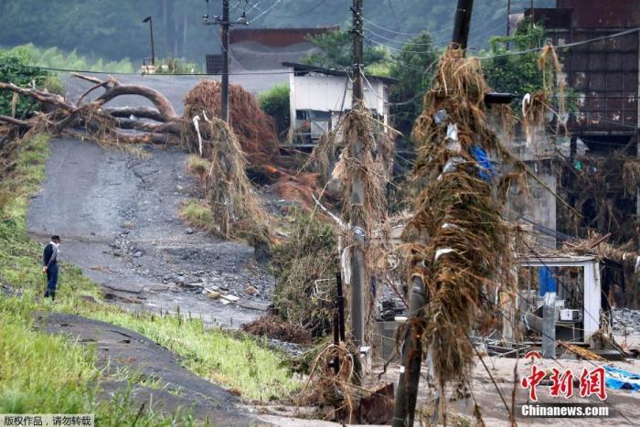 当地时间7月9日,日本西南部熊本县熊本市,暴雨造成的洪水席卷熊本县,一采石场被摧毁。