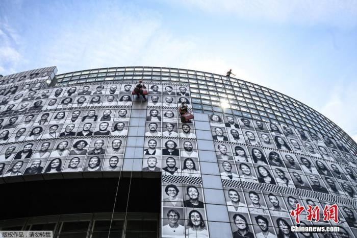 当地时间7月8日,法国巴黎,法国艺术家Jean Rene aka JR创作巨幅马赛克作品,由医护人员的肖像组成,以向医护人员致敬。