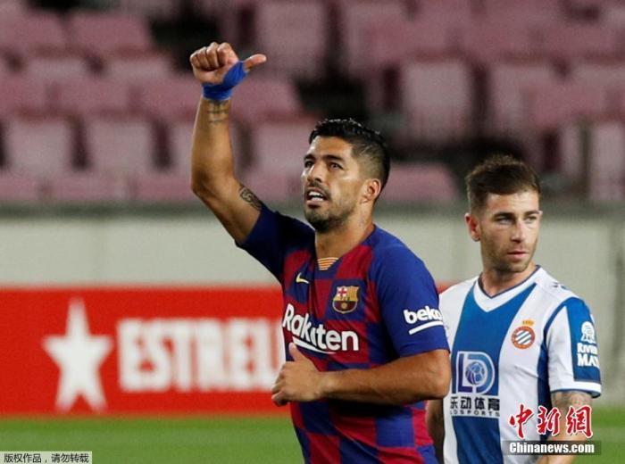 本场比赛,西班牙人队并非没有机会,但是运气似乎也不在这一边,球队在上半场的一次反击中制造威胁,迪达克推射却击中立柱被弹出。易边再战,苏亚雷斯的进球帮助巴塞罗那取得领先,并且将领先优势保持到了终场,西班牙人最终客场0比1不敌巴塞罗那,遭遇联赛六连败。在这场谁也输不起的比赛中,西班牙人队没能创造奇迹。图为苏亚雷斯庆祝进球。