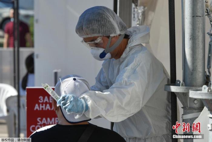 截至目前,三地已有近500人感染、30余人病危。今年上半年,哈肺炎共导致1772人死亡,仅6月就有628人死亡。图为人们接受新冠肺炎检测。