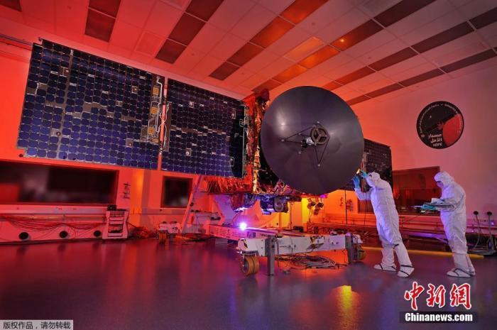 """7月10日讯,阿联酋迪拜,穆罕默德·本·拉希德航天中心的工作人员。美国连线杂志网站7月6日刊发的文章介绍了阿联酋正在推进的首个火星探测任务情况,执行该任务的卫星名为""""希望""""号。迪拜时间7月3日,阿联酋火星任务团队宣布,阿联酋工程师开始对""""希望""""号火星探测器进行发射前最后一次通电检测。按计划,""""希望""""号探测器将于迪拜时间7月15日12:51从日本种子岛太空中心发射 ,主要任务是探测火星的大气。"""