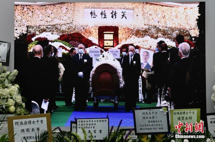"""7月10日,现场直播何鸿燊大殓出殡仪式。港澳知名爱国企业家、澳门""""赌王""""何鸿燊家人在香港殡仪馆为何鸿燊举行大殓出殡仪式。记者 李志华 摄"""