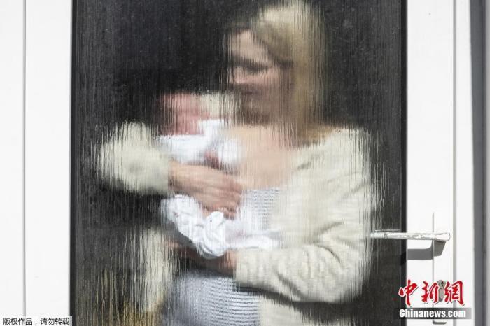 """2020年7月10日讯,英国布莱顿,英国摄影师JJ Waller在3月19日至5月21日期间,拍摄了超过100组个人及家庭在窗户、门以及阳台玻璃之后的肖像照。这或许将成为这些人亲身经历自金沙官网封锁的有力证明。这本新的摄影书名为""""这个时代的非正式肖像照""""。著名的英国纪实摄影师Martin Parr评论称:""""当金沙官网回顾2020年春夏的时候,金沙官网认为这些影像将会成为金沙官网经历的这个特殊时期的独特记忆。"""""""