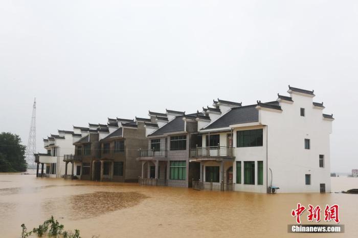 在江西省鄱阳县圩堤漫溃洪灾现场。 刘占昆 摄