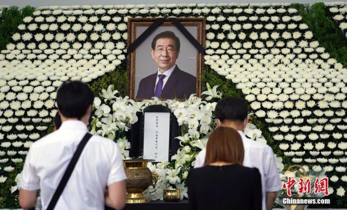 文在寅送花圈吊唁已故首尔市长曾为