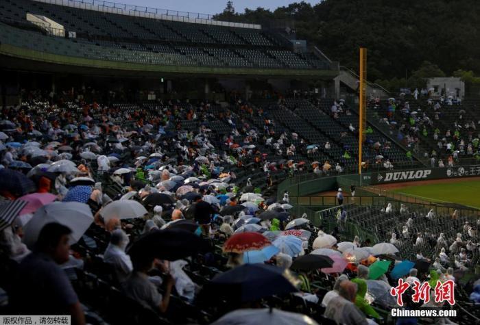当地时间7月10日,日本职业棒球赛恢复,读卖巨人队和养乐多燕子队之间的比赛在神户举行,日本棒球联盟允许球迷进场观赛,人数控制在5000人。