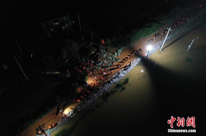 7月11日晚间,航拍下的武警江西总队机动支队官兵在鄱阳县江家岭村昌江圩抗洪一线加固堤坝。刘占昆 摄