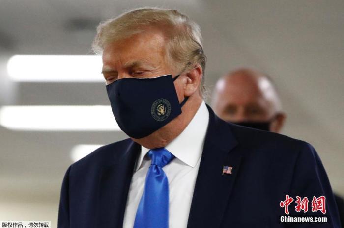 美国媒体报道称,这是自新冠疫情在美国暴发以来,特朗普首次公开佩戴口罩。