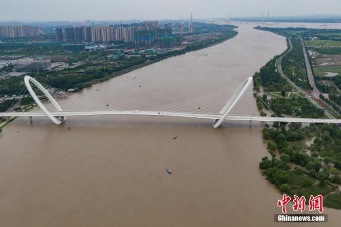7月12日,航拍长江南京段岸线,水位持续上涨。中新社记者 泱波 摄