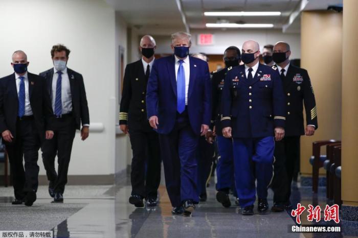 美国总统特朗普在公共场合佩戴口罩。