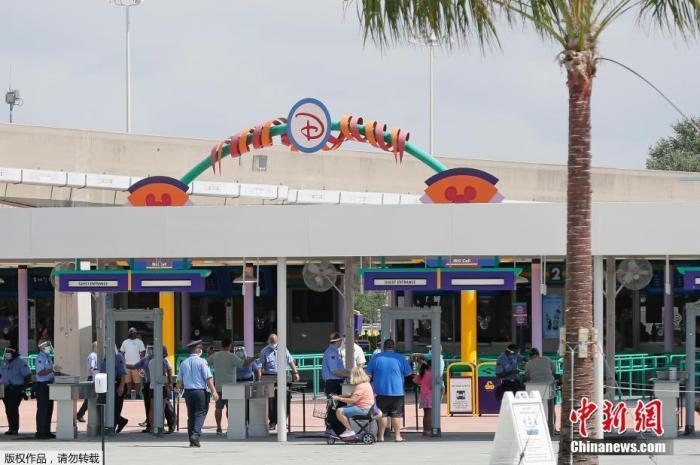 当地时间7月11日,美国奥兰多迪士尼乐园重新开放。