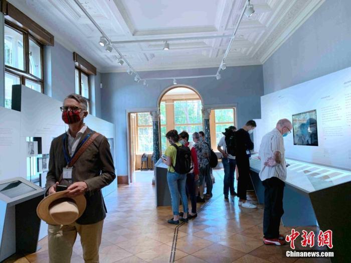 當地時間7月12日,游客在萬湖會議舊址院內參觀。隨著德國疫情趨穩,位于柏林近郊的萬湖會議舊址近日再度對外開放。 記者 彭大偉 攝