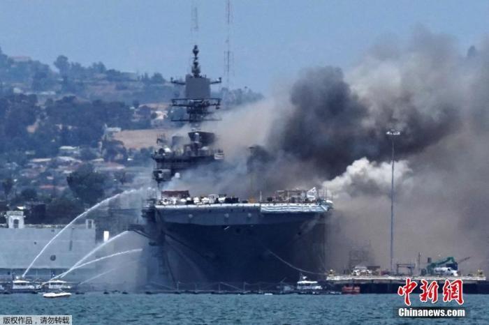 """当地时间7月12日,美国海军""""好人理查德""""号两栖攻击舰在圣迭戈海军基地爆炸起火。"""