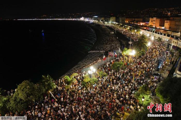 7月13日动静,法国尼斯内地时间7月11日进行了一场露天音乐会,吸引了约5000名观众来到现场,现场人群麋集,且许多参加者被拍到未佩带口罩。