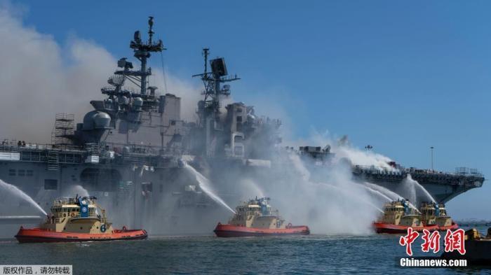 """""""好人理查德""""号停靠在添利福尼亚州圣迭戈海军基地,近期正在港内进走维护作业,12日早晨忽然首火。"""