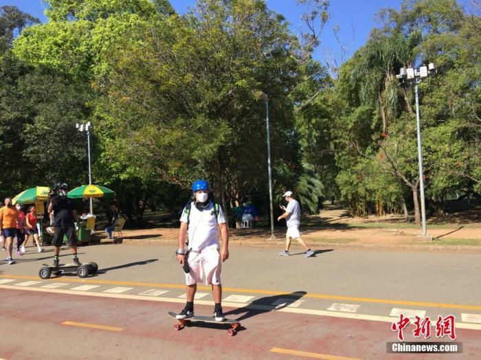 当地时间7月13日,在巴西圣保罗,一名男子在当地一公园踩滑板锻炼。