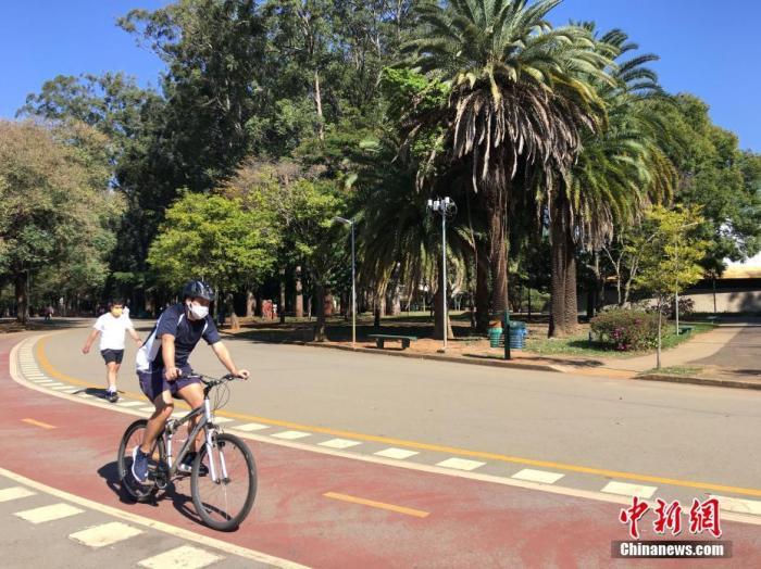 当地时间7月13日,在巴西圣保罗,民众在当地一公园骑行锻炼。
