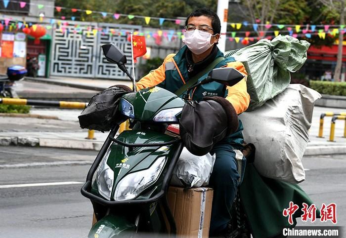 资料图:快递员在福州街头骑车送快递。<a target=