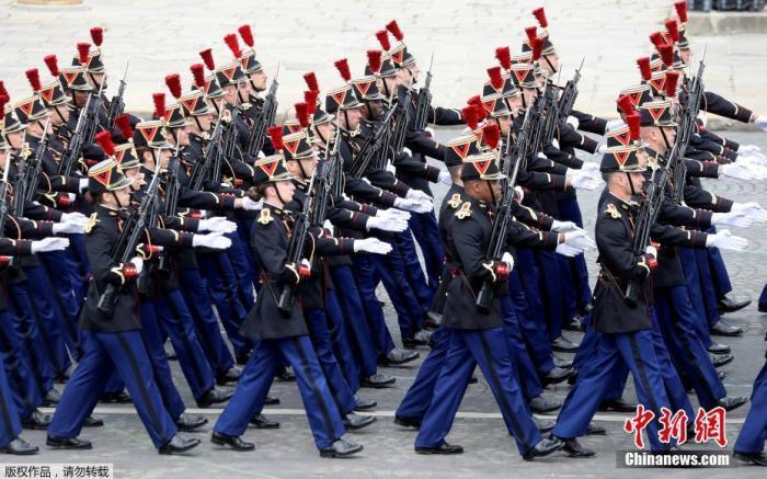 当地时间7月14日,法国巴黎, 法国一年一度的国庆阅兵式在协和广场举行。受疫情影响,法国总统马克龙没有在香榭丽舍大街举行国庆阅兵式,而是在协和广场举行小型庆祝仪式,向在抗疫斗争中做出贡献的公民致敬。