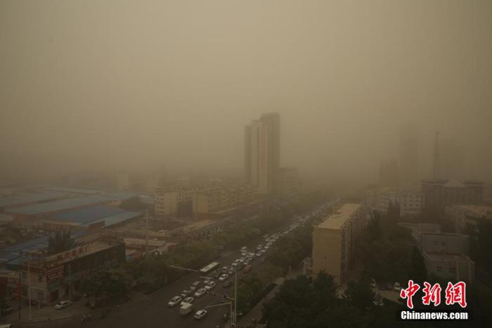 资料图:沙尘来袭,能见度不足50米。(图文无关) 杨厚伟 摄
