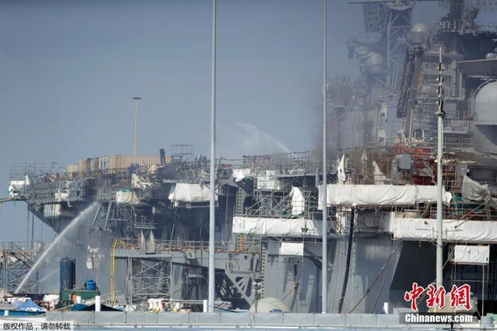 """资(料)图:图为(当)地(时)间7月14日,圣地亚哥海军(基)地,消防人(员)参与救火。报道称,(高)达538摄(氏)度的高温损坏了""""好人(理)(查)德""""号的(上)层(构)造。(该)(船)的桅杆已(经)坍(塌),(并)威胁到中央(控)制室。"""