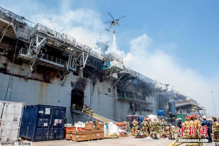 """当地时间7月14日,圣地亚哥海军基地,一架直升机参与""""好人理查德""""号灭火行动。"""