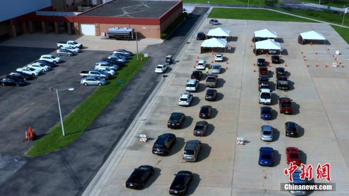 资料图:当地时间7月15日,美国佛罗里达州,当地人开车排长队等待接受新冠病毒检测。 图片来源:视觉中国