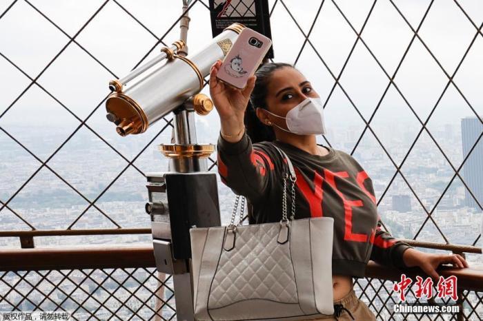 内地时间7月15日,法国巴黎埃菲尔铁塔顶层开放。据报道,埃菲尔铁塔6月25日开门迎客,其时暂未开放顶层。