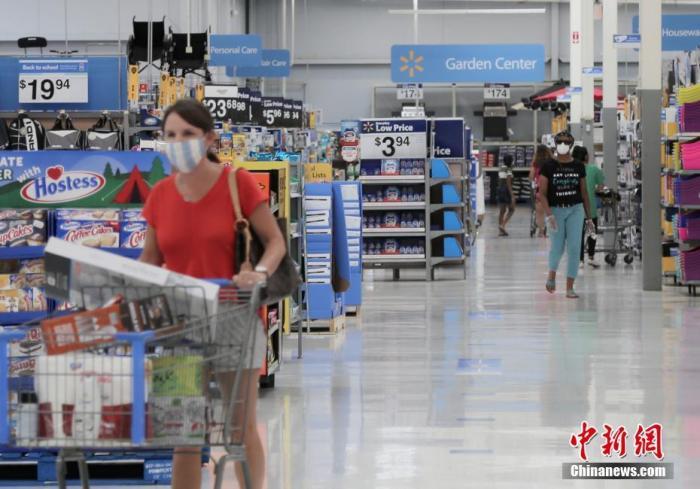 当地时间7月16日,美国得克萨斯州休斯顿地区糖城(Sugar Land)的一家沃尔玛超市内,顾客们戴口罩购物。日前,美国多家零售商宣布,要求顾客进店时必须戴口罩等面部遮挡物。中新社记者 曾静宁 摄
