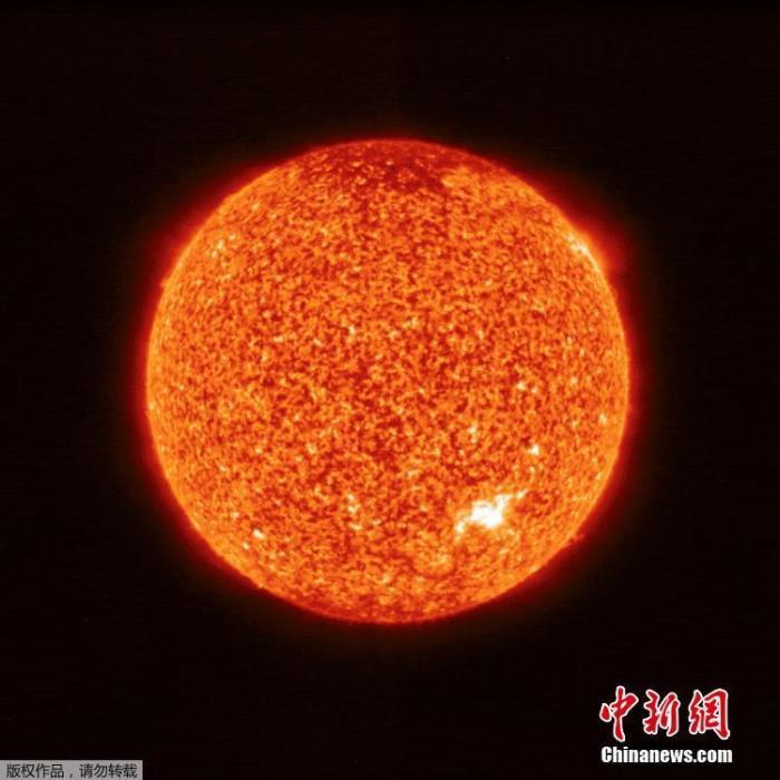 2020年7月16日讯,欧洲空间局(ESA)发布人类历史上从最近距离拍摄的太阳图像,摄影师是今年2月发射的太阳轨道飞行器(Solar Orbiter),拍摄时位于金星和水星轨道之间,与太阳距离大约是日地距离的一半。