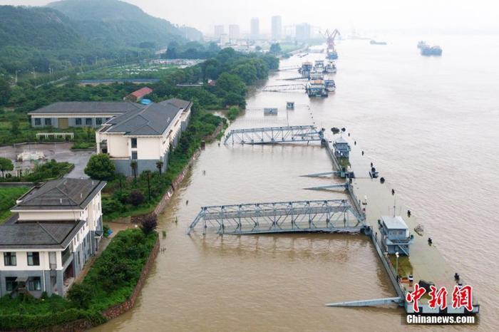 资料图:航拍长江南京段,水位上涨。 泱波 摄
