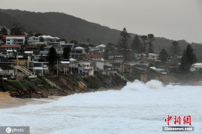 资料图:当地时间2020年7月17日,澳大利亚新南威尔士州,沿海地区遭极端巨浪侵蚀,海岸线步步紧逼居民区,居民住宅岌岌可危。图片来源:ICphoto