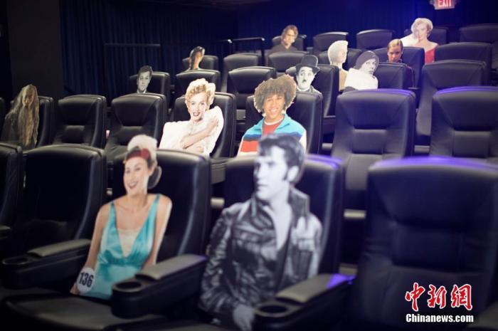 当地时间6月17日,美国加州洛杉矶,为了在新冠肺炎疫情期间重新开放,电影院用电影角色纸板隔开座位,以保持观众之间的社交距离。 图片来源:视觉中国