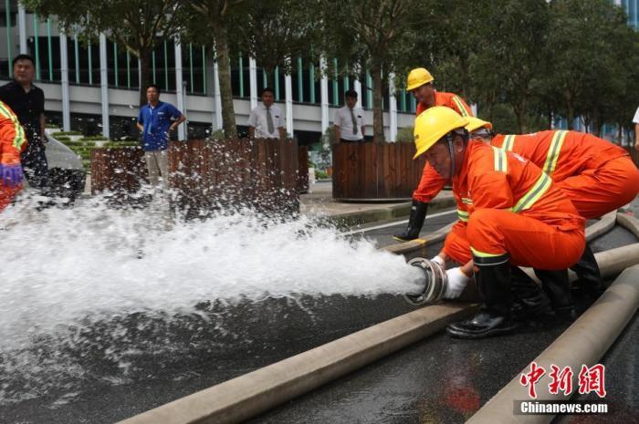 资料图:抢险人员进行防汛专项演练。中新社记者 张亨伟 摄
