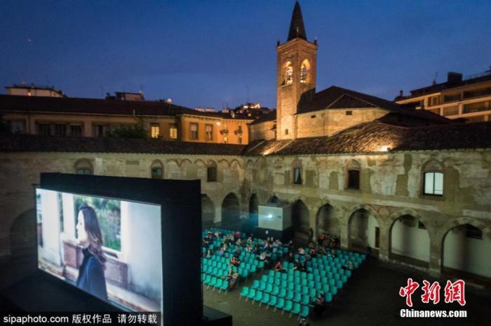 当地时间6月15日,意大利米兰,户外电影院重新恢复营业。 图片来源:Sipaphoto