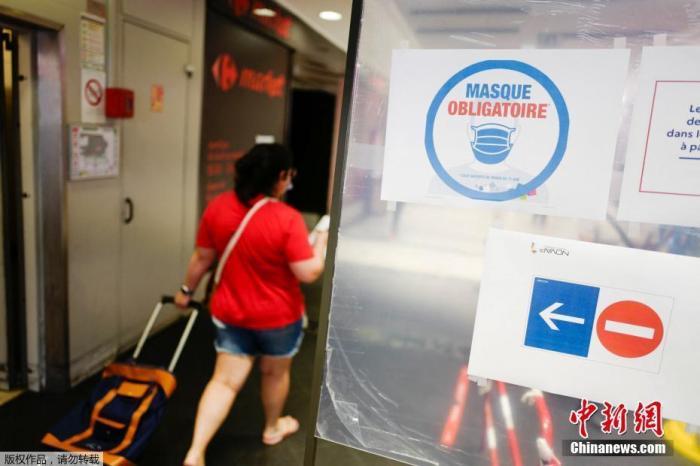 当地时间7月20日,由于法国一些地区新冠万博体育ManBetX登陆出现反弹,法国开始执行强制要求民众在封闭公共场所佩戴口罩的法令。图为在巴黎的一家商店里,顾客戴着口罩进入。