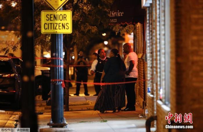 犯罪统计数据显示,枪击案发生的地区6月共发生13起谋杀案,上周该地区也发生了5起谋杀案。图为案发现场。