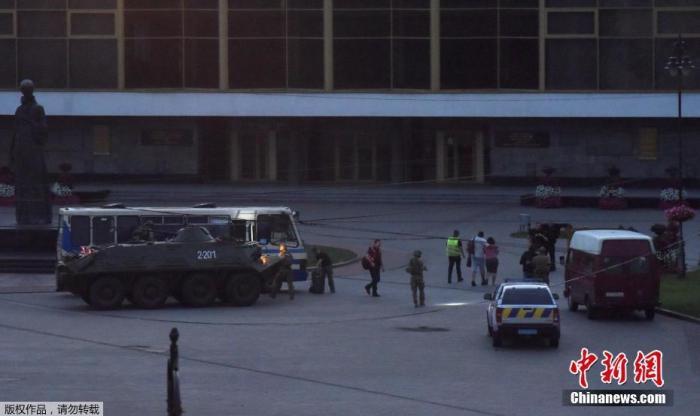 7月22日讯,据俄罗斯卫星网报道,当地时间7月21日,一名武装人员在乌克兰卢茨克劫持了一辆公共汽车,并扣押了车上约20名人质。目前,被劫持人质全部安全获救。乌克兰内务部长阿瓦科夫21日晚在社交媒体上说,乌克兰沃伦州卢茨克市被劫持人质已全部安全获救,劫持者向执法人员投降后被逮捕。