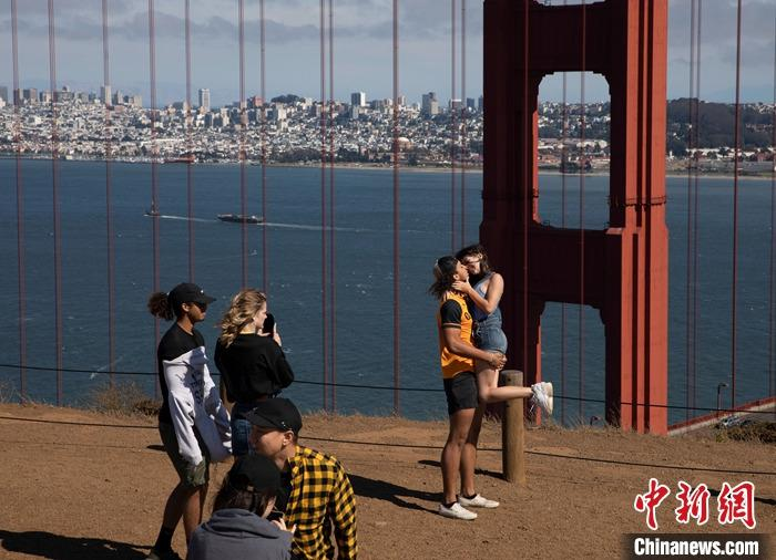 当地时间7月21日,游客在美国加州旧金山金门大桥附近游玩。 <a target='_blank' href='http://www.chinanews.com/'>中新社</a>记者 刘关关 摄