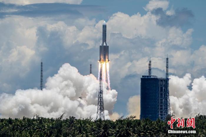 资料图:长征五号遥四火箭在中国文昌航天发射场点火升空。 骆云飞 摄