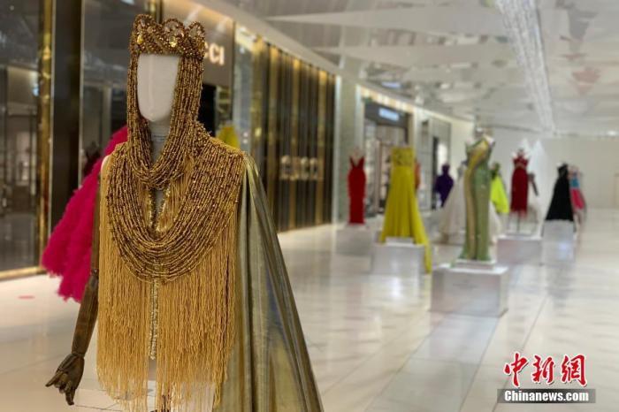 当地时间7月22日,南非约翰内斯堡桑顿中心,以往备受瞩目的非洲时尚展今年只得通过在大厅陈列的方式对外展出。 <a target='_blank' href='http://www.chinanews.com/'>中新社</a>记者 王曦 摄