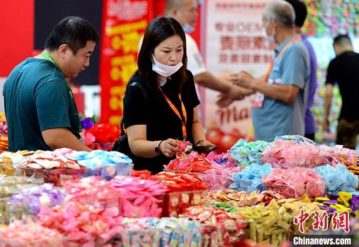 """资料图:7月20日,客商在""""食交会""""上了解产品。 <a target='_blank' href='http://www.chinanews.com/'>中新社</a>记者 王东明 摄"""