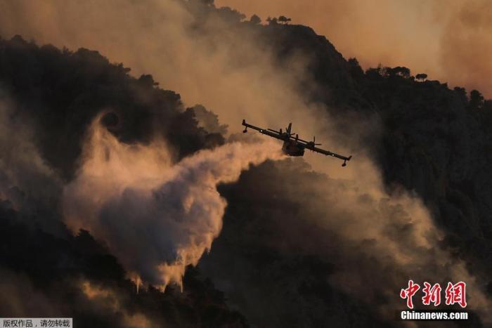 当地时间7月23日,希腊南部伯罗奔尼撒地区的科林斯附近发生的山火依旧在持续燃烧,大部分火势已经得到控制。