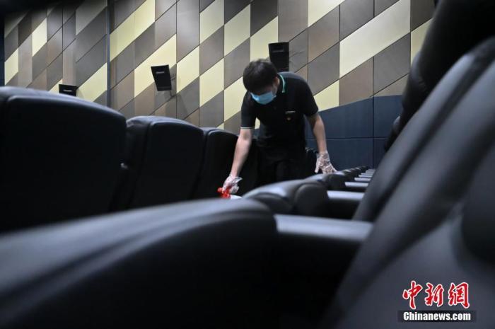 资料图:北京一影城内,工作人员在影片播放间隙进行消杀工作。中新社记者 张兴龙 摄