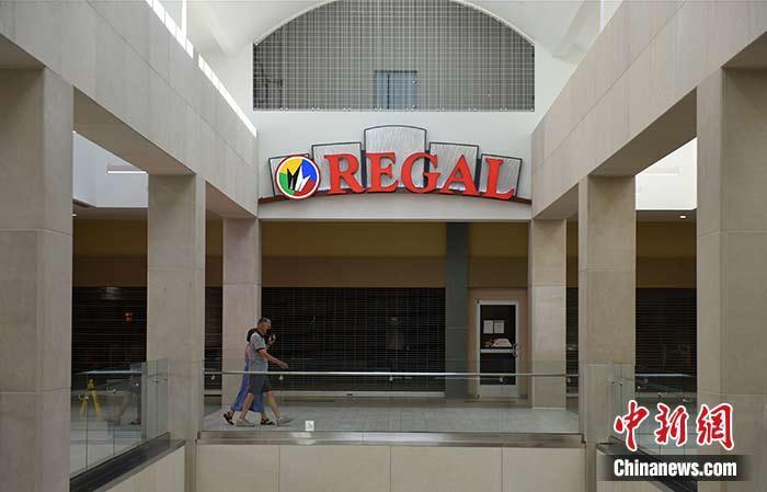 图为当地时间7月23日,弗吉尼亚阿灵顿,一家歇业中的电影院。中新社记者 陈孟统 摄