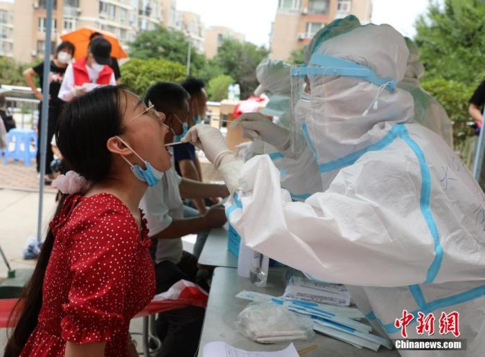 7月26日,遼寧大連,市民進行核酸檢測。 記者 楊毅 攝