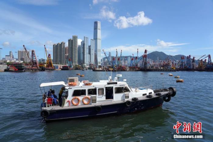 7月26日,香港特区政府宣布,由7月29日(星期三)起暂停所有客船及所有没有在港处理货物装卸货船的船员换班,幷收紧来港进行货物装卸货船的换班船员、机组人员及其他获豁免到港检疫人士的检测及检疫安排。<a target='_blank' href='http://www.chinanews.com/'>中新社</a>记者 张炜 摄