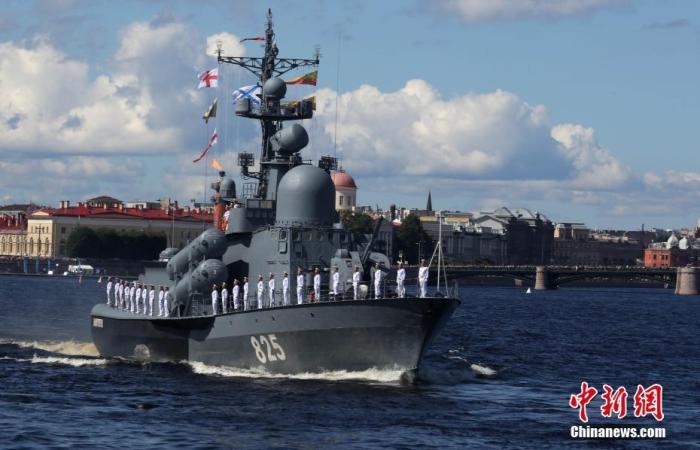 当地时间7月26日,俄罗斯多地举行阅兵,庆祝海军节。俄罗斯海军司令部所在地圣彼得堡是此次海军节阅兵活动主场。46艘舰艇和41架直升机和固定翼飞机参加了活动。图为圣彼得堡阅兵活动现场。中新社记者 王修君 摄
